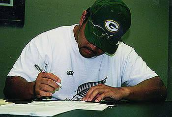 NFLパッカーズの本拠地、ランボーフィールドでサインする中村多聞さん=1998年