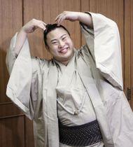 東京都江戸川区役所を表敬訪問し、報道陣の要望に応え猿のポーズをする翔猿=2日