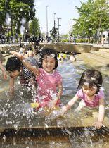 東京都内の公園で水遊びする子どもたち=21日午後