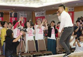 比例代表で1議席獲得が決まり、会場の支持者らと喜ぶ政治団体「れいわ新選組」の山本太郎代表(右端)=21日午後8時6分、東京都内のホテル