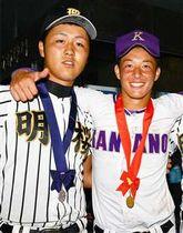 秋田大会の決勝後、記念写真に納まる吉田(右)と山口