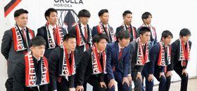 「勝ち点50、1桁順位」を目標に掲げ、意欲を高める菊池利三監督(前列左から4人目)と新加入選手