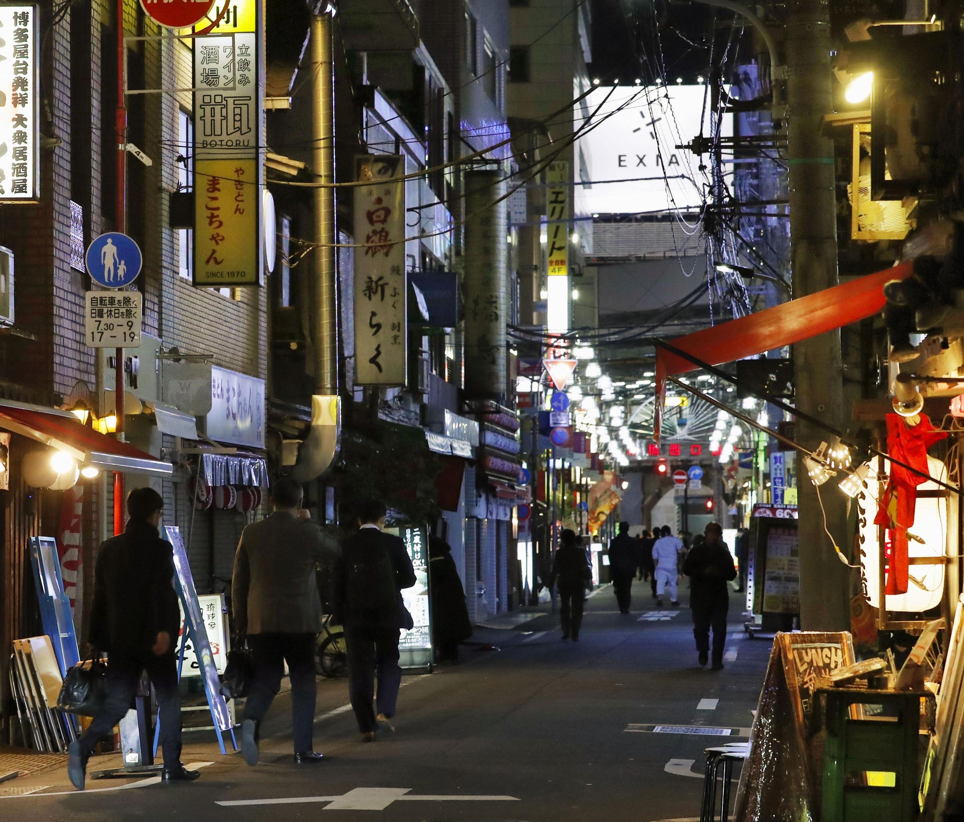 緊急事態宣言で休業の店が目立つ、東京・新橋の飲食店街=10日