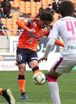 AC長野―C大阪U23 後半33分、同点ゴールを決めるAC長野の遠藤