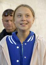 報道陣の前で笑顔を見せるグレタ・トゥンベリさん=11日、米デンバー(共同)
