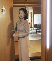 旅館「大和屋本店」で顔認証技術を使い客室の解錠をする女性=5日、松山市