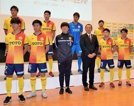 小林監督(前列右から3人目)と新加入の8選手と長島裕明コーチ(同4人目)