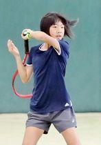12歳以下女子シングルスで優勝した藤(LTC対馬)=長崎市営庭球場