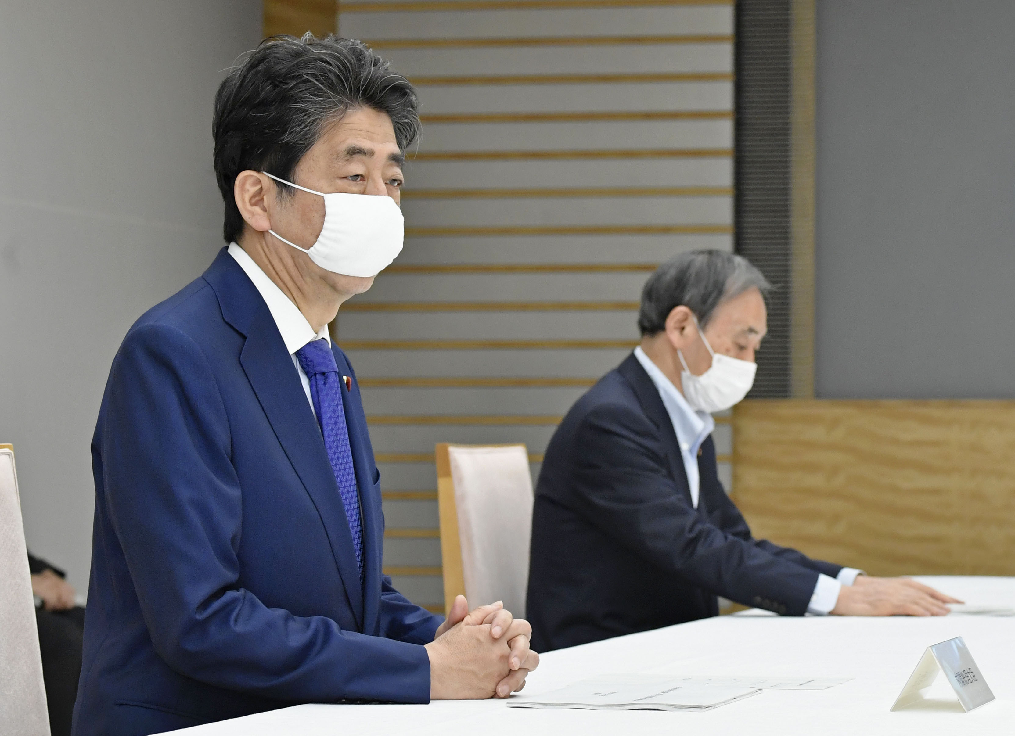 月例経済報告関係閣僚会議に臨む安倍首相(左)と菅官房長官=28日午後、首相官邸