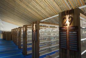 3階の開架スペース。天井や本棚などに県産木材が使われている=大村市東本町、ミライon図書館