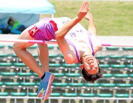 【男子走り高跳び決勝】2メートル06をクリアして2位に入った陶山勇人(大社)=維新みらいふスタジアム