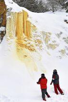 磐梯山の冬景色に現れた氷の滝「イエローフォール」=19日午後、北塩原村