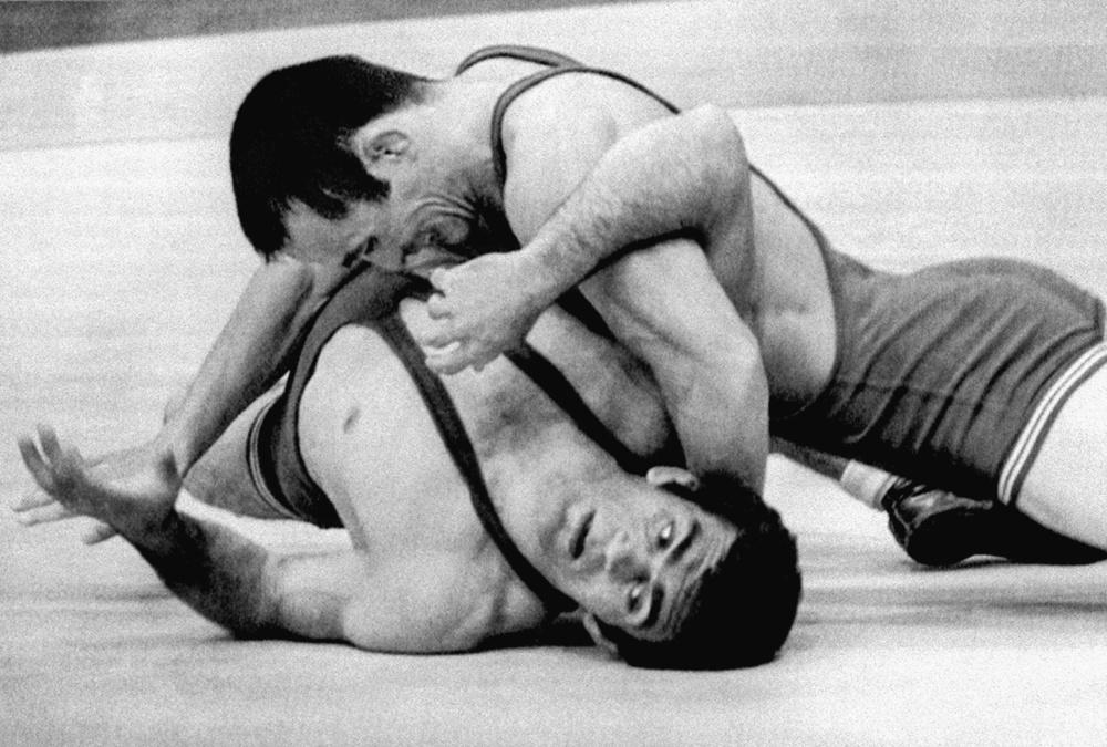 1972年ミュンヘン五輪レスリング男子フリースタイル57㌔級でイラン選手(下)を破り、金メダルに輝いた柳田英明(共同)