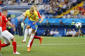 ブラジル―スイス 後半、ヘディングシュートを放つブラジルのネイマール(右手前)=ロストフナドヌー(共同)