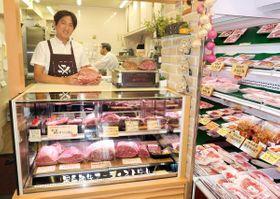 ケーキ店のショーケースを転用・特注し、黒毛和牛のブロック肉を陳列する中山さん =横浜市緑区長津田