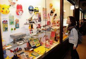 平成の時代を映したおもちゃが並ぶ会場=姫路市香寺町中仁野、日本玩具博物館