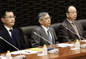 日銀の支店長会議に臨む黒田総裁(中央)=18日午前、日銀本店