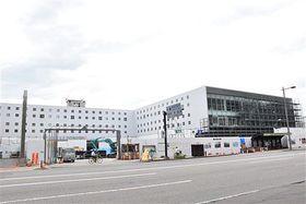 外装工事がほぼ完了し、真新しい外観が姿を現した青森市役所の新本庁舎=22日午後