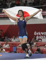 レスリング女子57キロ級で金メダルを獲得し、日の丸を広げてマットを駆け回る尾崎野乃香=ブエノスアイレス(共同)