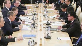 ロシアのラブロフ外相(左手前から2人目)との協議に臨む河野外相(右手前)=14日、モスクワ(ロイター=共同)