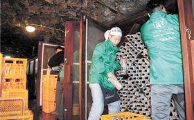 龍泉洞で熟成させた日本酒の搬出作業