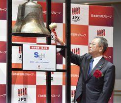 東証1部に上場し、セレモニーで鐘を鳴らすSGホールディングスの栗和田栄一会長=13日午前、東京・日本橋兜町