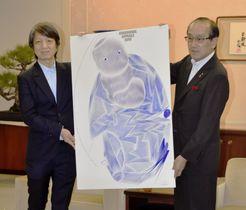 松井一実市長(右)にポスターを贈呈する澁谷克彦さん=18日午前、広島市役所