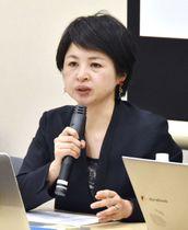 中間報告について意見を述べる「Spring」代表理事の山本潤さん=23日午後、東京都千代田区