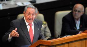 19日、キューバの人民権力全国会議(国会)で演説するラウル・カストロ氏(左)(UPI=共同)