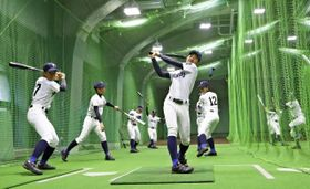 室内練習場で打撃練習する富島ナイン=甲子園