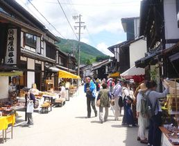 「木曽漆器祭・奈良井宿場祭」でにぎわう木曽平沢。市は年間を通して多くの人が訪れることを期待している=2018年6月1日