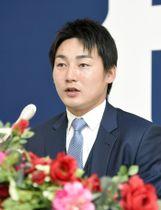 契約更改交渉を終え、記者会見する広島の丸=15日、マツダスタジアム