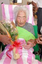 誕生日の花束を持つ田島ナビさん=2015年、鹿児島県・喜界島