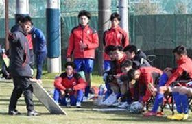 全国大会に向けた練習試合で、沢登監督(左)の指示に耳を傾ける常葉大の選手=浜松市北区