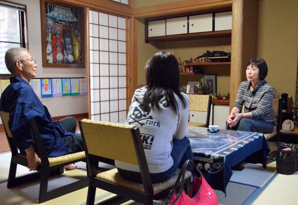 夫からのDVを受けていた女性(中央)は長汐道枝さん(右)の手助けでこの寺で数日を過ごし、落ち着きを取り戻した。左は住職=東京都府中市の永福寺