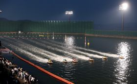 夜のレースを楽しめる「発祥地ナイター」=大村ボートレース場
