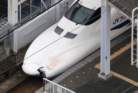 ボンネットの先端が割れた山陽新幹線ののぞみ176号=14日午後4時49分、JR新下関駅(共同通信社ヘリから)