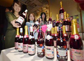 解禁を前にイベント会場に置かれたフランス産ワインの新酒「ボージョレ・ヌーボー」=20日夜、東京都渋谷区