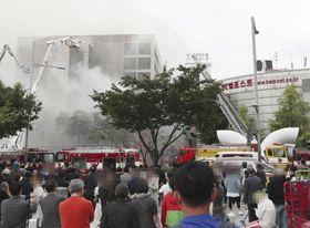火災が発生した商業ビルの消火作業=22日、ソウル(聯合=共同)