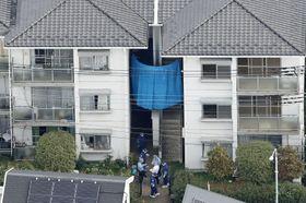 進藤遼佑君の遺体が見つかった自宅のある集合住宅を調べる捜査員=18日午前10時13分、さいたま市見沼区(共同通信社ヘリから)