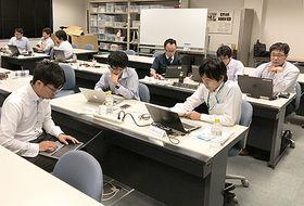 県内IT企業の社員らがE資格取得に向け、日本ディープラーニング協会の認定プログラムを受講した(県情報産業協会提供)