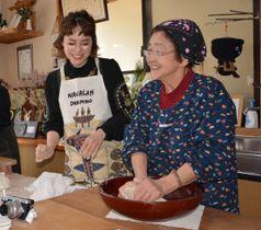 米田カヨさん(右)から手打ちそばの作り方を教わる台湾の人気ブロガー