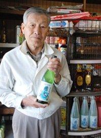 地酒「権太の涙」を発売した川北さん=下市町阿知賀の川北商店