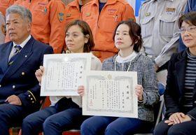 表彰された金子さん(右から2人目)と山下さん(同3人目)=長崎市南消防署