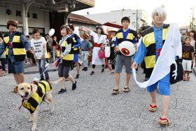 鬼太郎姿で「水木しげるロード」を練り歩く参加者=18日午後、鳥取県境港市