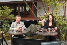 ネット配信でカップ酒を紹介する山下泰雄社長(左)と米野真理子さん=山都町