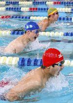 力泳する選手たち=日進市の愛知学院大で