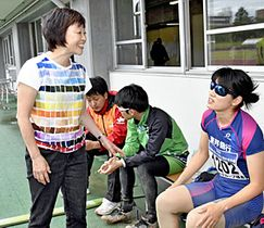 レースを終えた佐藤選手に語り掛ける増田さん(左)