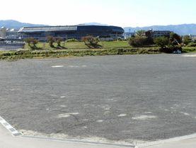 京都府亀岡市が府立京都スタジアム(中央奥)の来場者向けに有料化する予定の駐車場。渋滞抑制につながるか(亀岡市保津町)
