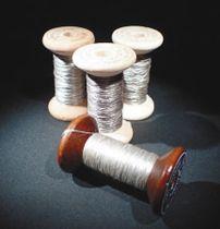 ミノムシから採取した糸=興和、農研機構提供